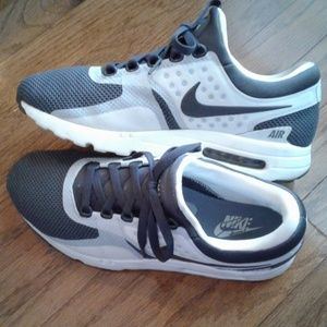 Nike men's sneaker size 9.5 euc